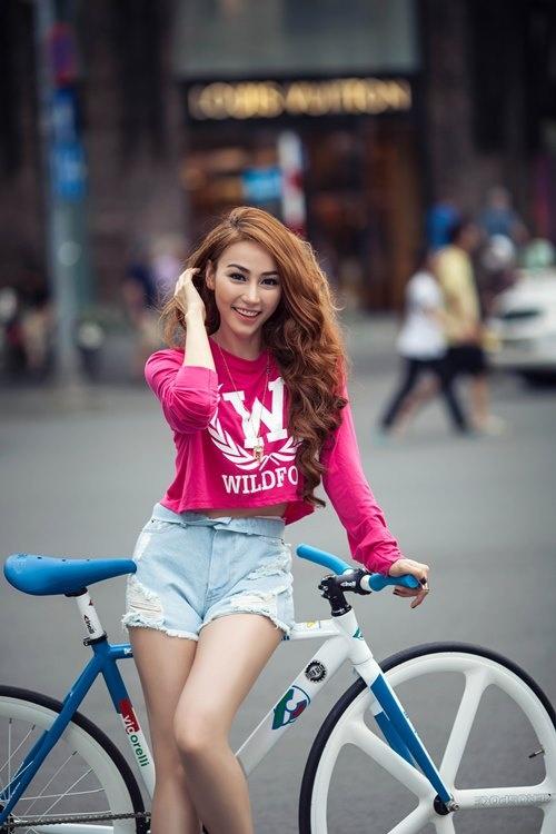 My nhan Viet va phong cach thoi trang cung xe dap hinh anh 7