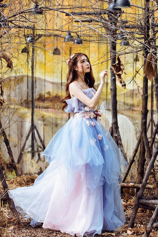 Lily Luta hoa cong chua goi cam voi vay cuoi xanh ngoc hinh anh 2