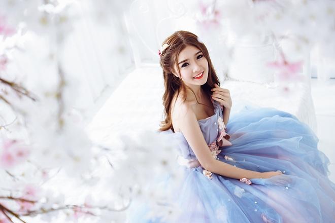 Lily Luta hoa cong chua goi cam voi vay cuoi xanh ngoc hinh anh 4