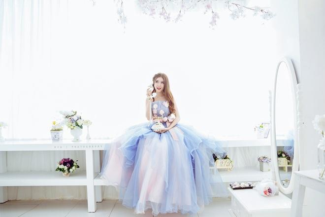 Lily Luta hoa cong chua goi cam voi vay cuoi xanh ngoc hinh anh 5