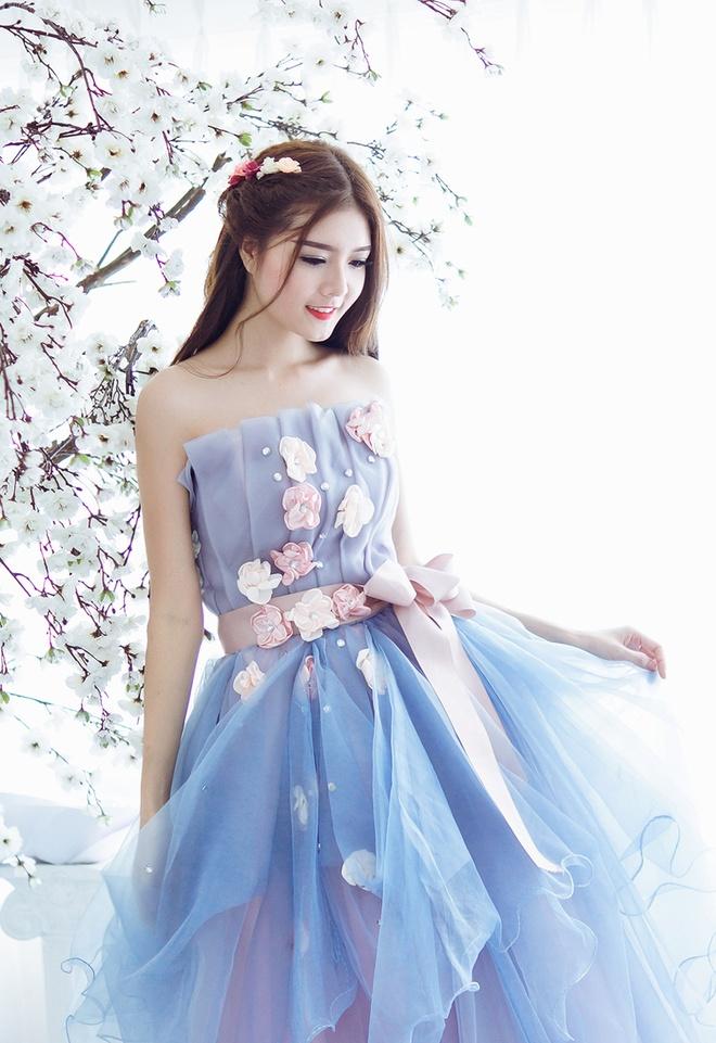 Lily Luta hoa cong chua goi cam voi vay cuoi xanh ngoc hinh anh 6