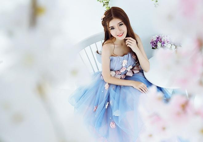 Lily Luta hoa cong chua goi cam voi vay cuoi xanh ngoc hinh anh