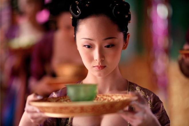 My nhan Hoa ngu chen ep vong mot trong xiem y co trang hinh anh