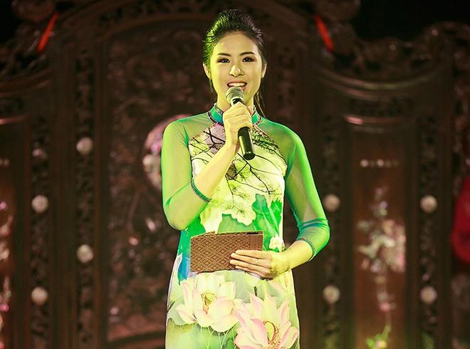 Hoa hau Ngoc Han thay 5 bo ao dai khi lam MC hinh anh