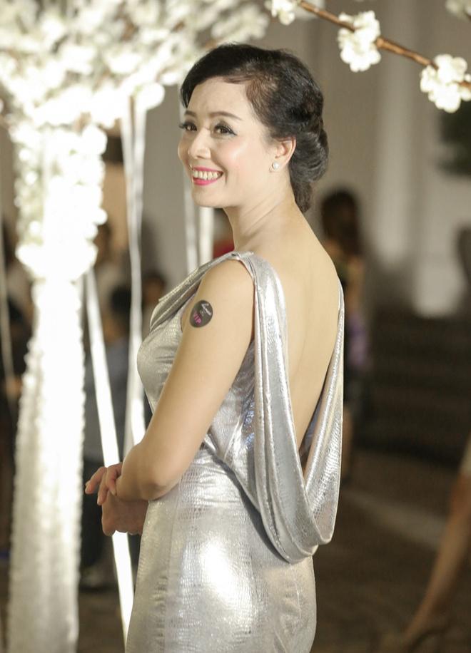 Chieu Xuan dien ao lung tran quyen ru di xem show thoi trang hinh anh 1