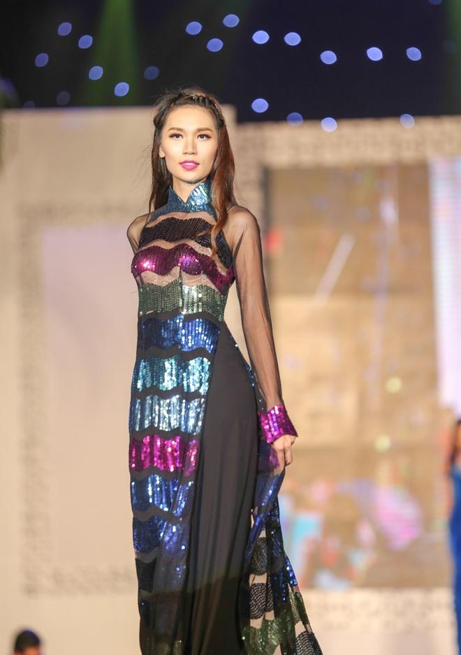 Chieu Xuan dien ao lung tran quyen ru di xem show thoi trang hinh anh 10