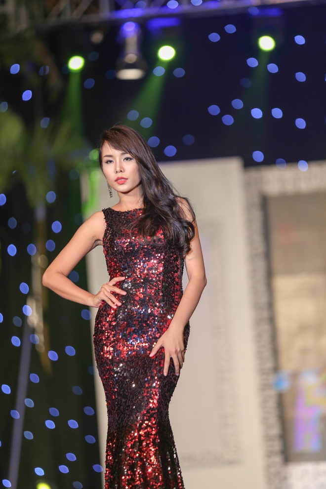 Chieu Xuan dien ao lung tran quyen ru di xem show thoi trang hinh anh 12