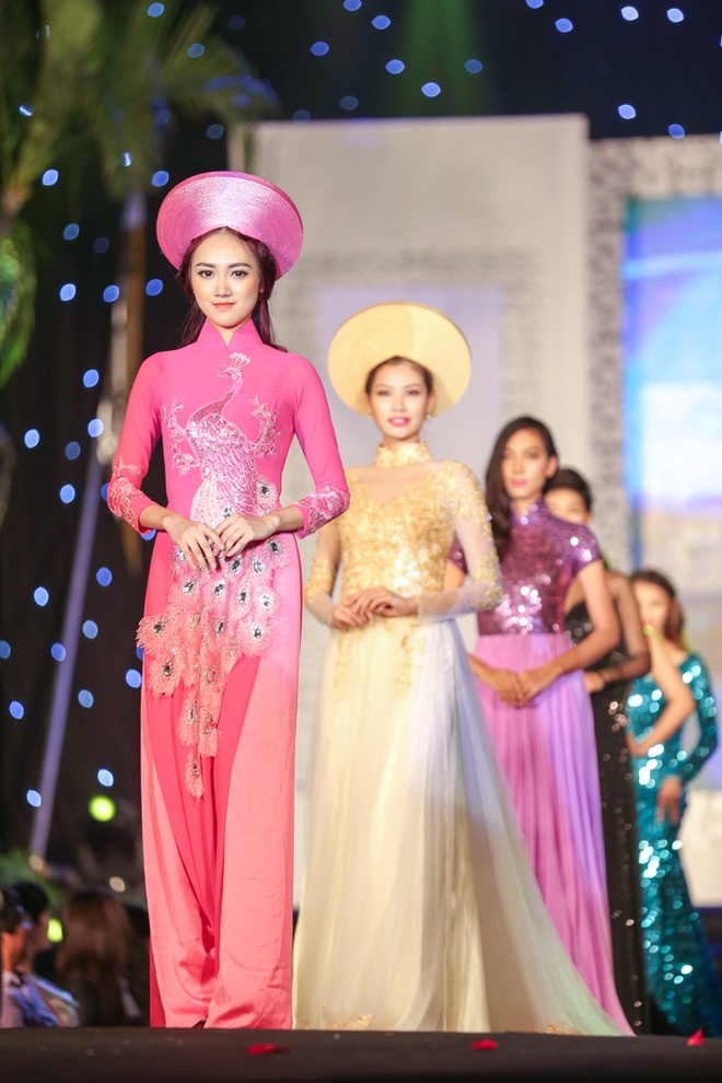 Chieu Xuan dien ao lung tran quyen ru di xem show thoi trang hinh anh 13