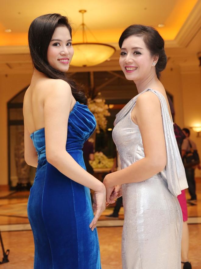 Chieu Xuan dien ao lung tran quyen ru di xem show thoi trang hinh anh 3