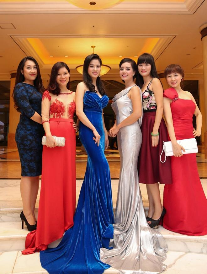 Chieu Xuan dien ao lung tran quyen ru di xem show thoi trang hinh anh 4