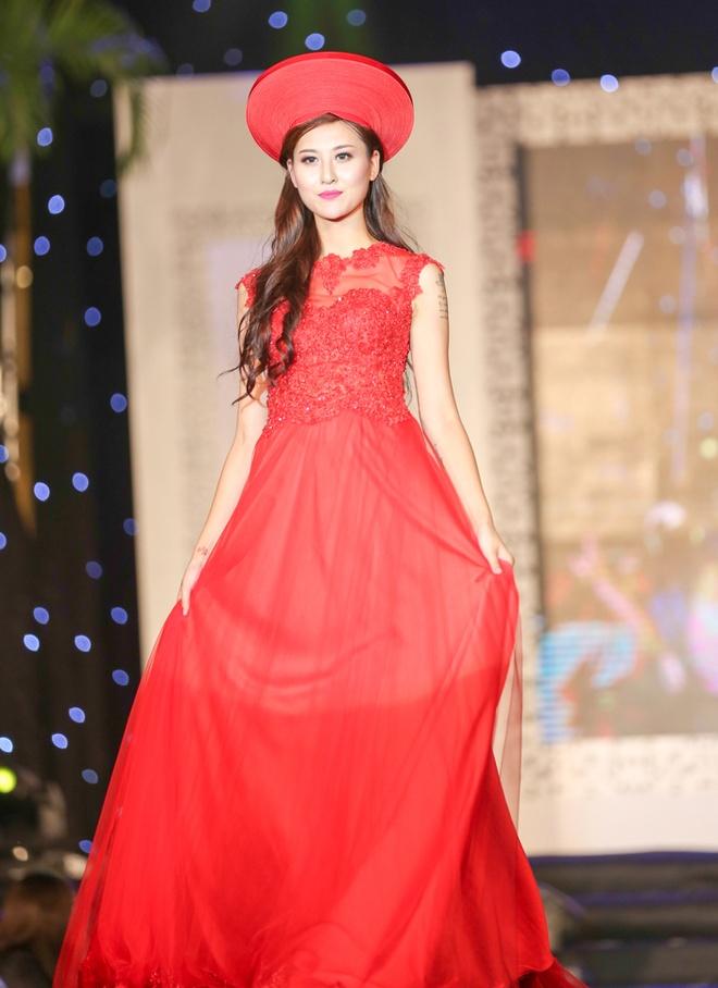 Chieu Xuan dien ao lung tran quyen ru di xem show thoi trang hinh anh 5