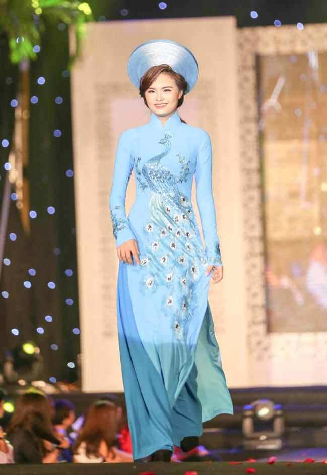 Chieu Xuan dien ao lung tran quyen ru di xem show thoi trang hinh anh 7