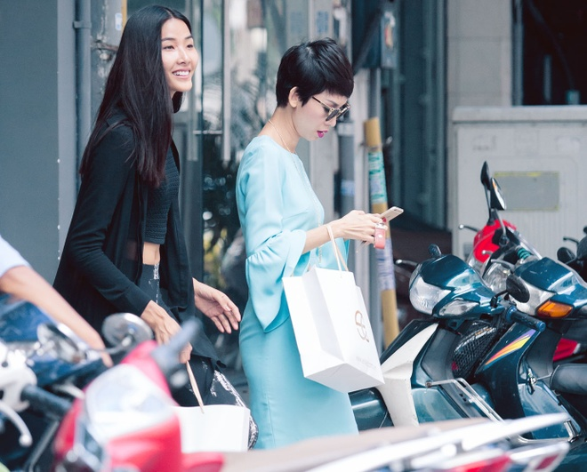 Xuan Lan ru re tro cung Hoang Thuy di mua sam hinh anh