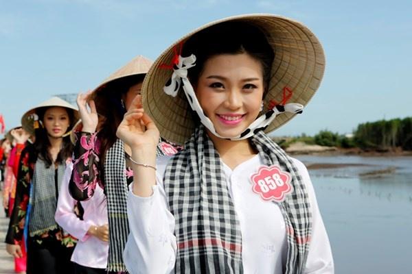 Thi sinh Hoa hau Viet Nam duyen dang ao ba ba tai Bac Lieu hinh anh