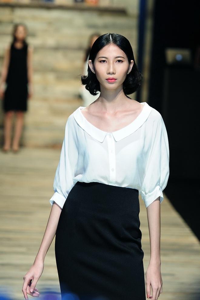 Mau Thuy - Thuy Trang nhu sinh doi tren san dien hinh anh 11