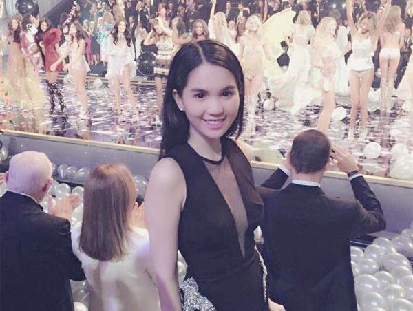 Ngoc Trinh mac sexy tren tham do Victoria's Secret Show hinh anh
