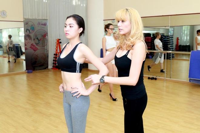 Vo Hoang Yen tan tinh huong dan catwalk cho dan em hinh anh 2