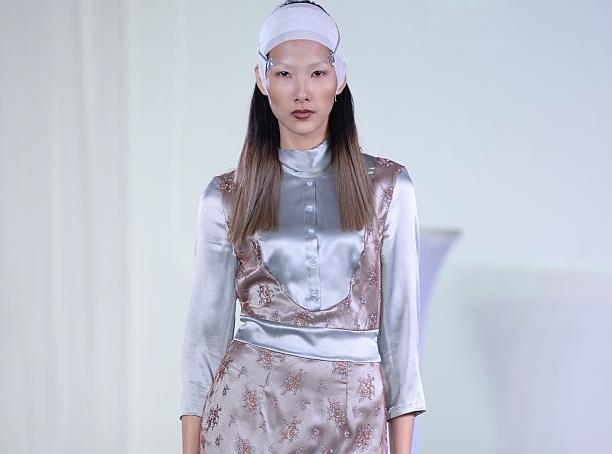 Hoang Thuy ca tinh tren san dien New York Fashion Week hinh anh