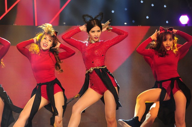 4 han che gay tranh cai cua The Remix hinh anh 1 Tiếng vỗ tay kỳ lạ làm giảm sức hút trong tiết mục của Đông Nhi trong liveshow 3.