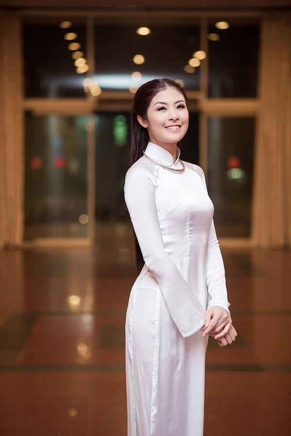 Xu hướng dự sự kiện với áo dài trắng của người đẹp showbiz Việt
