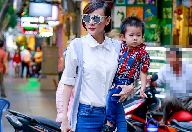 Duong Yen Ngoc mac sanh dieu cung con trai xuong pho hinh anh