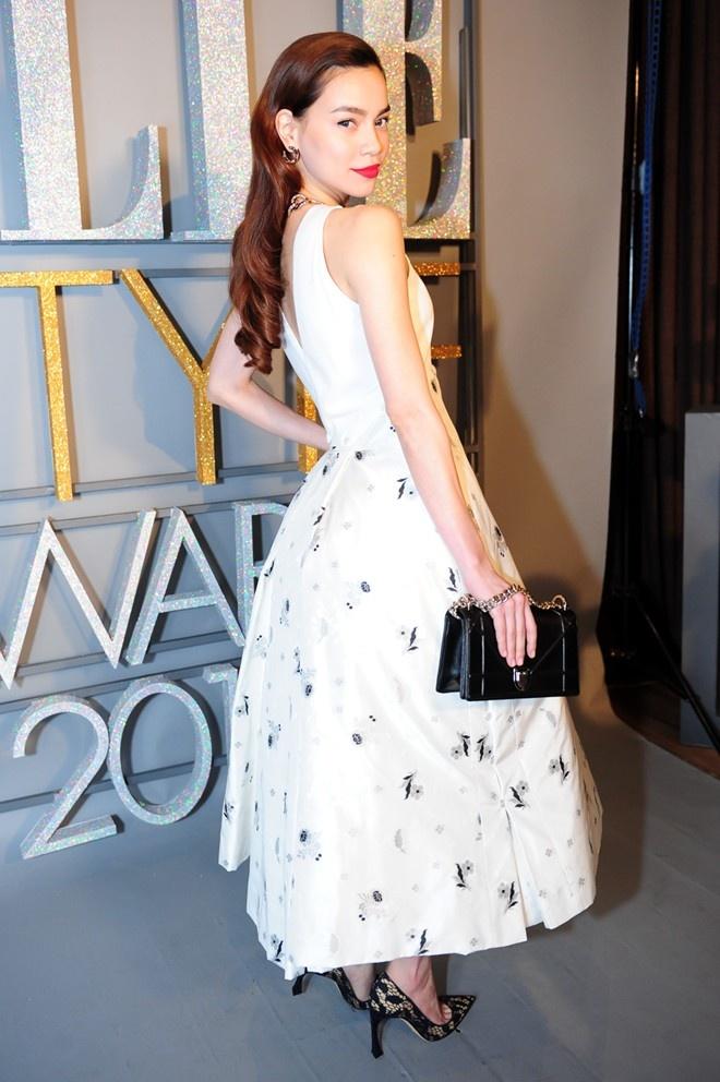 Gu thời trang tinh tế của Hồ Ngọc Hà ngày càng được công chúng ngưỡng mộ. Tại sự kiện Elle Awards, bà mẹ một con chọn thiết kế tối giản nằm trong bộ sưu tập xuân hè 2015 của thương hiệu Dior. Trang phục gam trắng, họa tiết nhã nhặn, tôn vóc dáng yêu kiều, đưa giọng ca Em không cần anh vào danh sách mỹ nhân nổi bật nhất tuần.