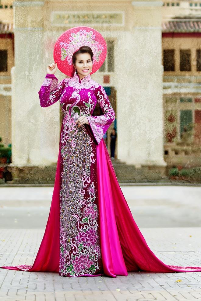 Hoa hau Kim Hong dien ao dai du sac mau hinh anh 2
