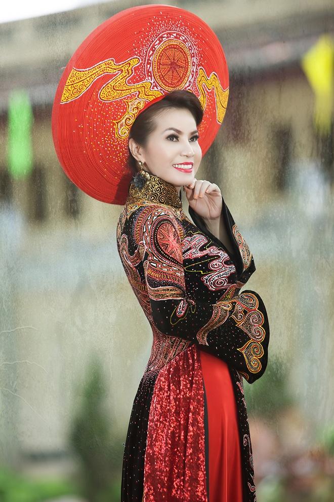 Hoa hau Kim Hong dien ao dai du sac mau hinh anh 3