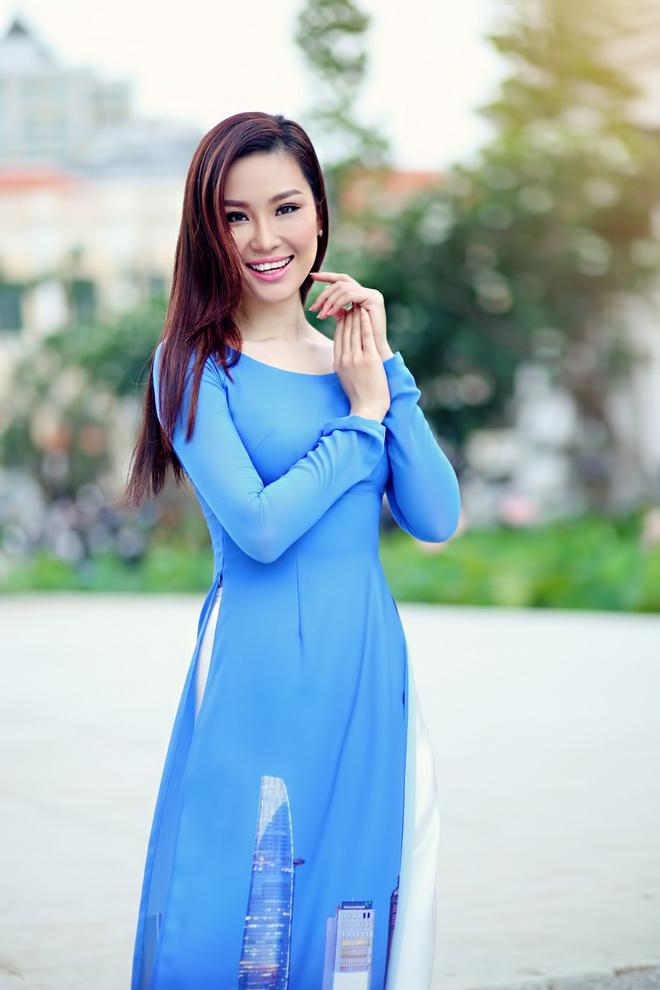 Pham Huong duyen dang ao dai hoa tiet Sai Gon hinh anh 5