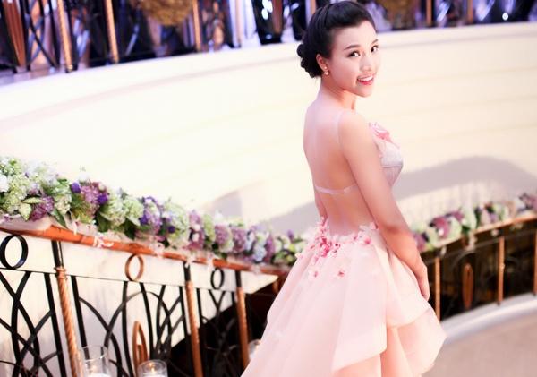 A hau Hoang Oanh khoe lung tran sexy o su kien hinh anh