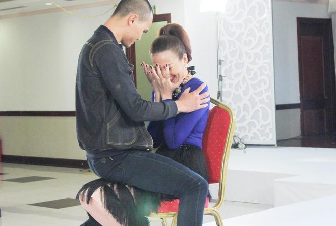 Thanh Hang boi roi khi nam thi sinh ngoi len nguoi nhay sexy hinh anh