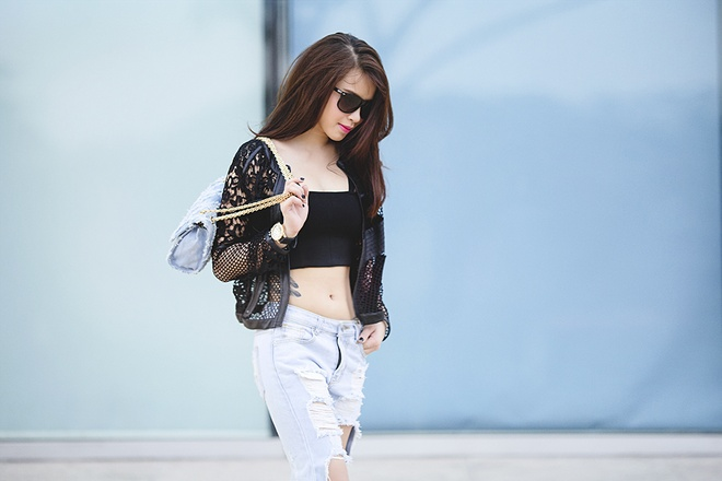 Hai Bang dien crop-top khoe eo thon xuong pho ngay he hinh anh