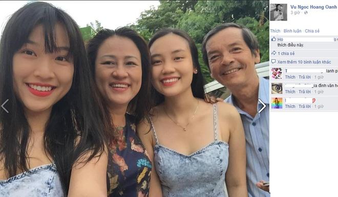 Sao Viet hao hung don ngay Gia dinh Viet Nam hinh anh 9 MC Hoàng Oanh chia sẻ hình ảnh cô chụp cùng bố mẹ và em gái để hòa chung không khí ấm áp, hạnh phúc của ngày lễ dành cho gia đình. Ngày này cô không chạy show mà dành thời gian đưa cả nhà dùng bữa tối thân mật tại một nhà hàng quen thuộc.