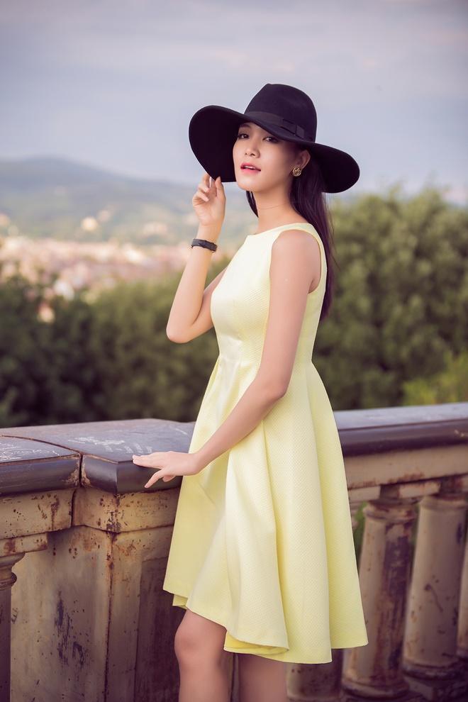 Hoa hau Thuy Dung khoe chan dai tren duong pho Italy hinh anh 2