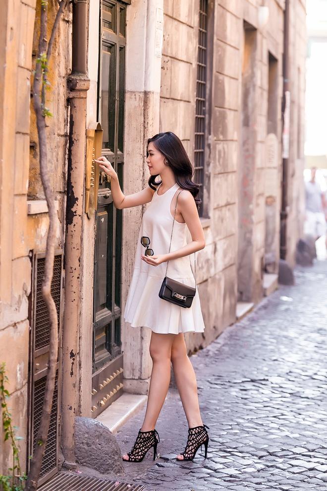 Hoa hau Thuy Dung khoe chan dai tren duong pho Italy hinh anh 8