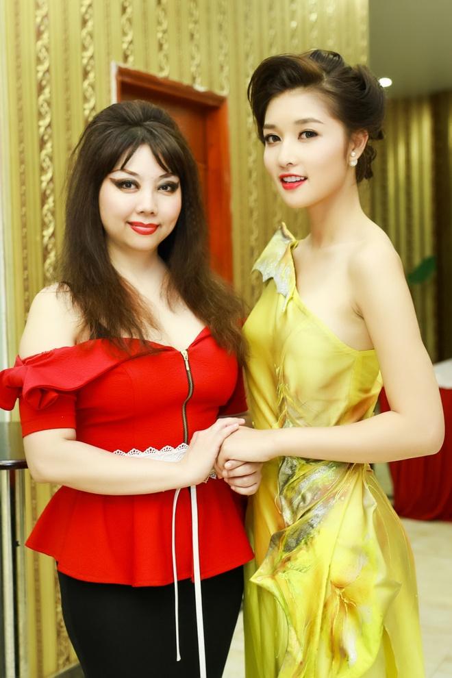 Trieu Thi Ha khoe vai tran goi cam trong su kien hinh anh 4