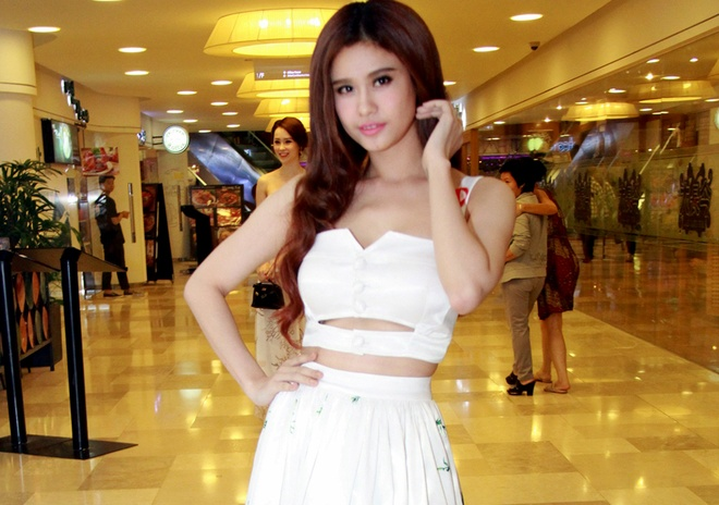 Truong Quynh Anh dien crop-top khoe eo thon o su kien hinh anh