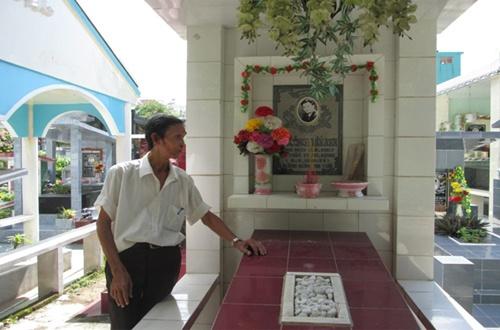 Nghệ sĩ Lí Lắc bên mộ phần của diễn viên Lê Công Tuấn Anh.