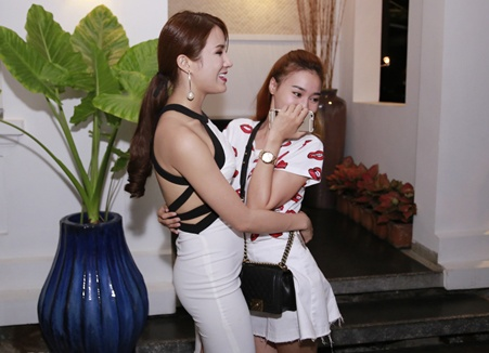 Diep Lam Anh om Lan Ngoc trong tiec sinh nhat hinh anh