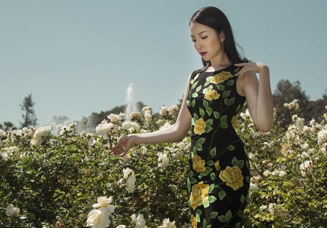 Linh Nga tha dang trong khu vuon o Beverly Hills hinh anh