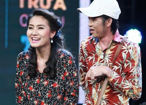 Hoai Linh to Chi Tai - Ngoc Lan gian lan o Hoi quan tieu lam hinh anh