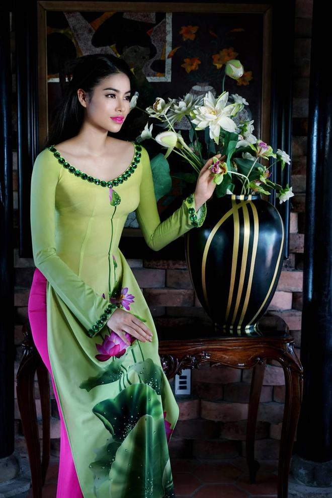 Pham Huong nen na ao dai hoa tiet hoa sen hinh anh 1