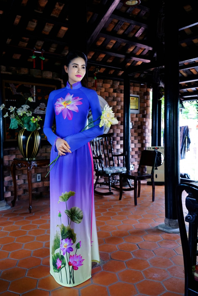 Pham Huong nen na ao dai hoa tiet hoa sen hinh anh 3