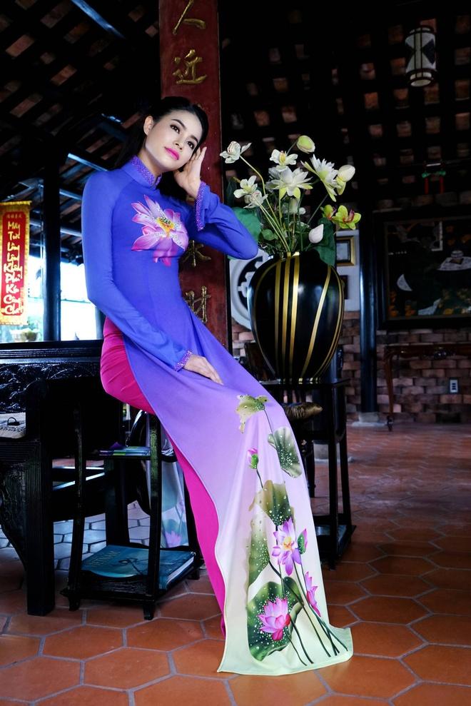 Pham Huong nen na ao dai hoa tiet hoa sen hinh anh 4