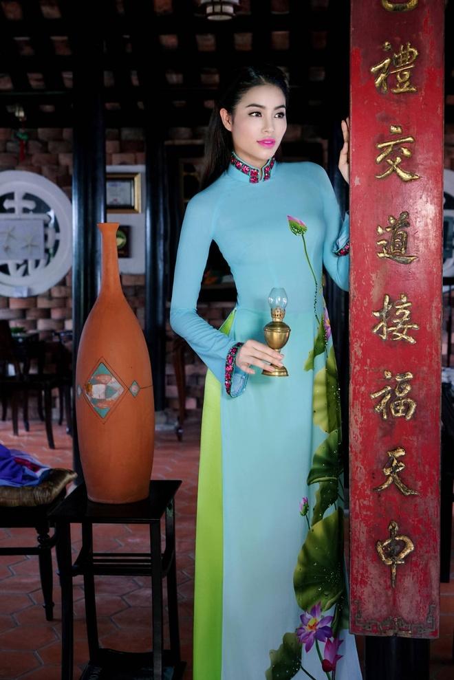 Pham Huong nen na ao dai hoa tiet hoa sen hinh anh 5
