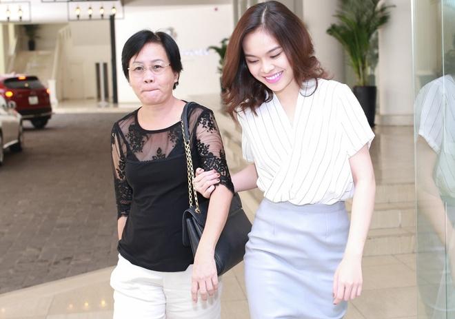Giang Hong Ngoc cung me du hop bao Nguyen Van Chung hinh anh