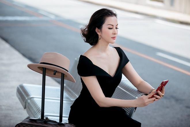Street style sanh dieu cua MC Thanh Mai o san bay hinh anh 4