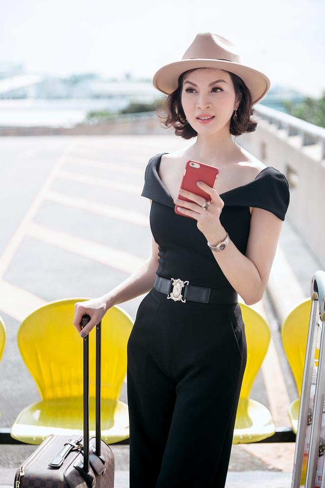 Street style sanh dieu cua MC Thanh Mai o san bay hinh anh 6