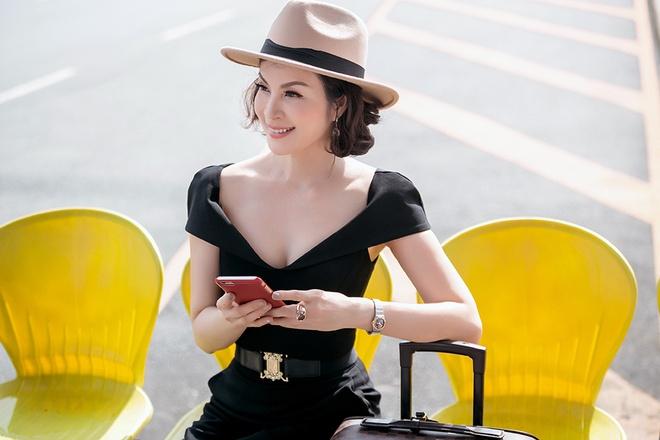 Street style sanh dieu cua MC Thanh Mai o san bay hinh anh 7