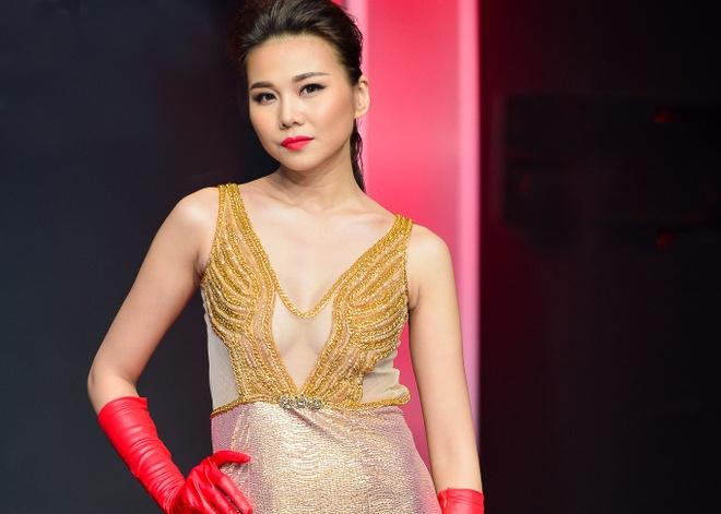 Thanh Hang dien vay xuyen thau tren san dien hinh anh